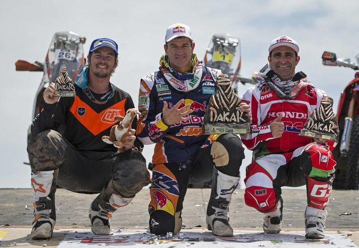En esta foto, los tres mejores competidores en la categoría de motos del Rally Dakar: Marc Coma (c), Paulo Goncalves, de  Portugal (d) y Toby Price, de Australia. (Foto: AP)