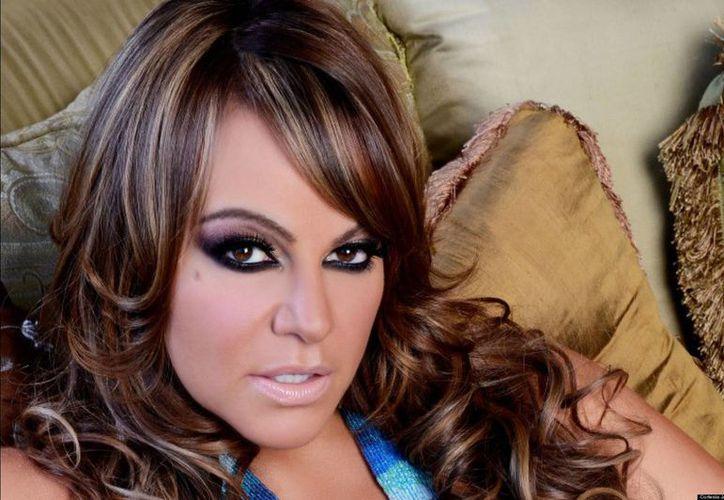 Los fans de la cantante Jenni Rivera podrán disfrutar de un disco inédito que su padre publicará en julio. En la imagen se observa a la artista un una sesión de fotos. (Fotografía: huffingtonpost.com)