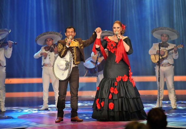 Oscar Cruz y Alejandra Orozco, participantes de la primera edición de La Voz México, se presentaron en la apertura del Teletón. (Notimex)