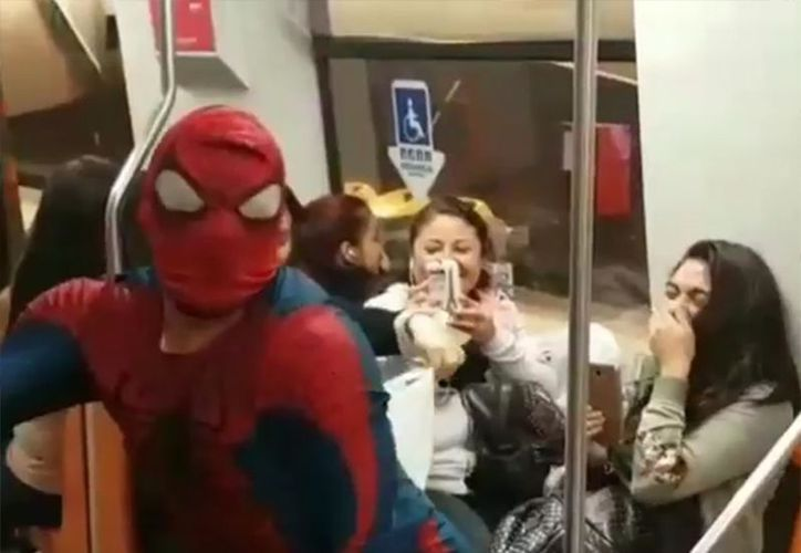 "Un video de Spider-Man bailando en el metro ""Scooby Doo Papa"" se ha vuelto viral en las redes.  (Foto: Captura de video)"
