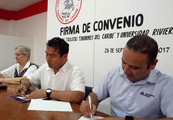 El secretario general de taxistas y el director de la universidad firmaron un convenio. (Sara Cauich/SIPSE)