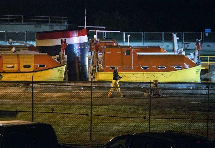 Un hombre pasa frente al crucero Saint Laurent tras un accidente en Massena, Nueva York. El crucero chocó contra un muro en una esclusa en la vía marítima del San Lorenzo al norte de Nueva York hiriendo a 22 personas.  (Jason Hunter/The Watertown Daily Times via AP)
