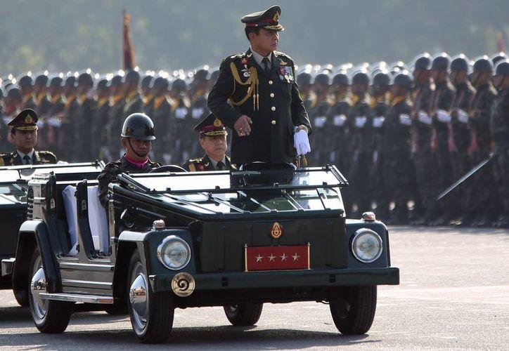 El General Prayuth Chan-ocha, Comandante en Jefe de la Armada Real de Tailandia, inspecciona a sus tropas a las afueras de Bangkok. (Foto: AP)