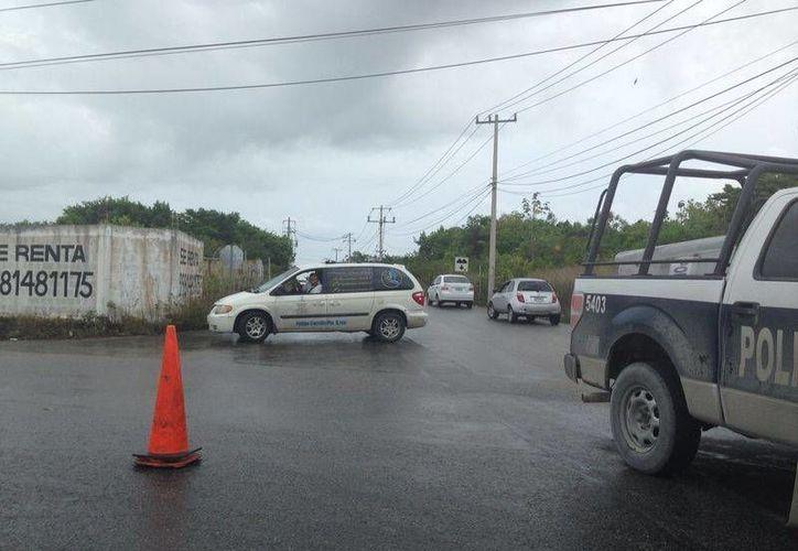 El vehículo estaba estacionado sobre la Avenida Huayacán. (Redacción/SIPSE)