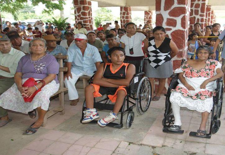 La Dirección de Asistencia Social a Desamparados, también, hizo entrega 30 sillas de ruedas para niños y adultos. (Cortesía/SIPSE)