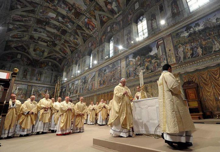El papa Francisco (c) ofició su primera misa como sumo pontífice en la Capilla Sixtina. (EFE)