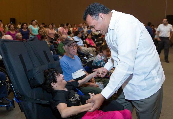Zapata Bello entregó ayer martes sillas de ruedas como parte del programa 'Una rodada de vida'. (SIPSE)