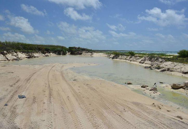 En la zona donde se extrajo arena se dejó una oquedad que impide el paso de vehículos. (Gustavo Villegas/SIPSE)