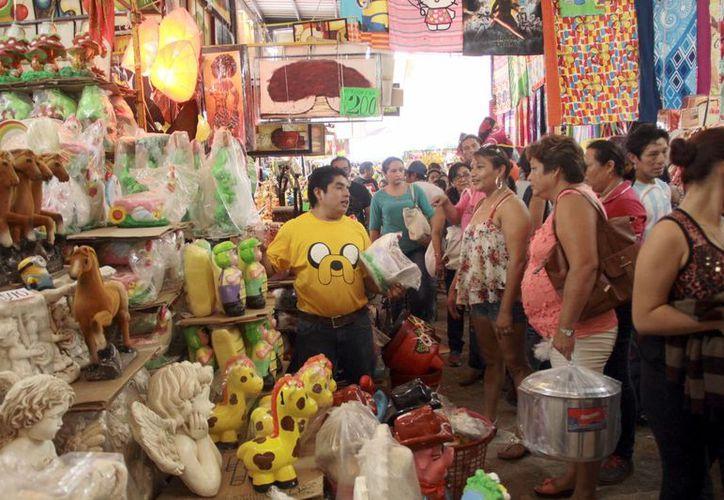 Las familias aprovecharon los 'remates' del último día de la Feria Yucatán en las instalaciones de Xmatkuil. (Jorge Acosta/SIPSE)
