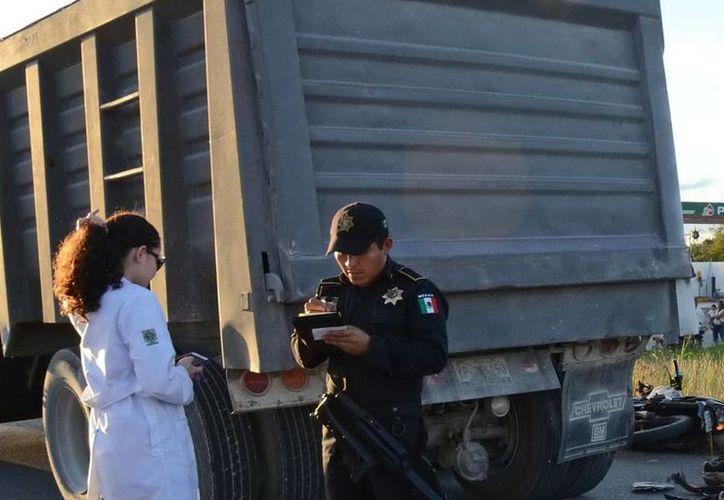 Agentes de la SSP y del Semefo, en el lugar del accidente en el periférico de Mérida. (Milenio Novedades)