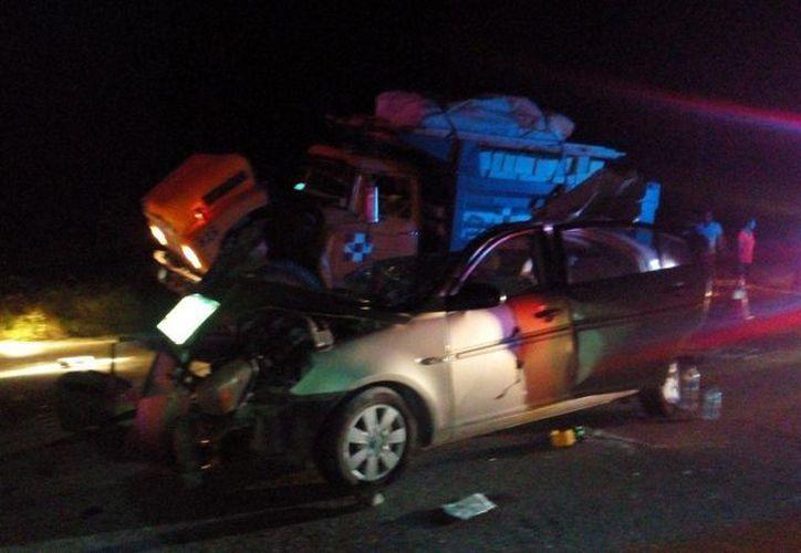 Cinco pasajeros de un automóvil que chocó contra un volquete, perdieron la vida ayer cerca de Bacalar. (Redacción/SIPSE)