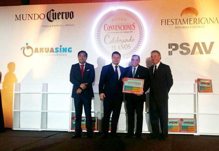 Víctor Hugo Lozano recibió el reconocimiento en el evento celebrado en la capital del país. (Milenio Novedades)