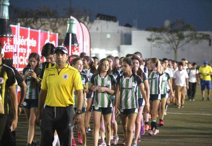 La inauguración del torneo se llevó a cabo en el Club Deportivo Cumbres con la participación de los más de 90 clubes. (Amílcar Rodríguez)