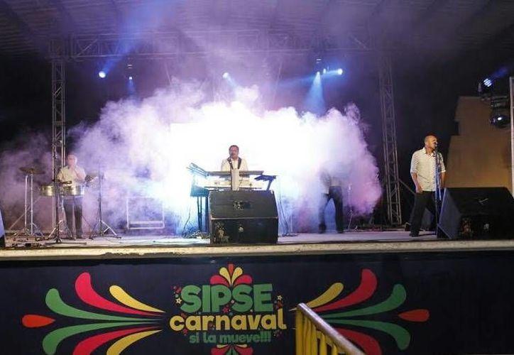 A pesar del clima, la gente se dio cita en la tarima para poder disfrutar de la música tropical de los grupos que se presentaron en el espacio SIPSE.(César González)