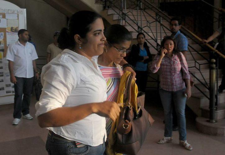 Mary Rivas (c) la madre de la dominicana Martha Heredia, ganadora del concurso Latin American Idol, sale del Palacio de Justicia donde esta detenida la cantante en Santiago. (EFE)