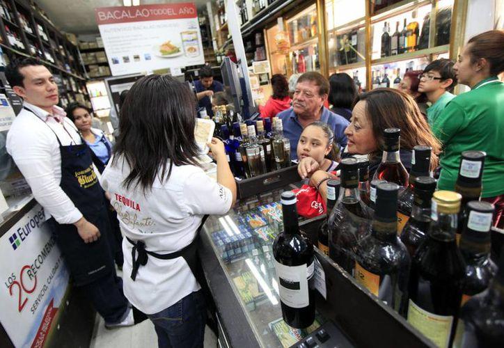 Una abarrotada tienda de la Ciudad de México durante las compras de Navidad en este 2013. (Notimex)
