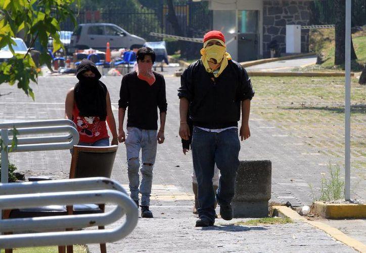 Un grupo de jóvenes mantienen tomadas las instalaciones de la Dirección General del Colegio de Ciencias y Humanidades (CCH), ubicadas dentro de Ciudad Universitaria. (Notimex)