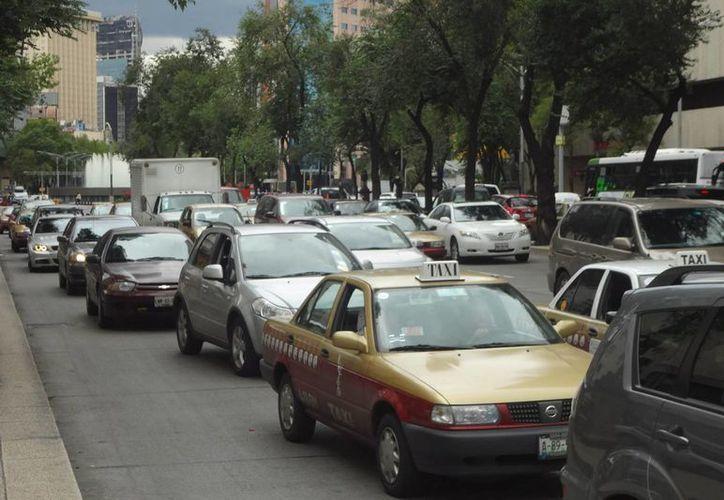 De actualizar las normas mexicanas, se evitaría la emisión de contaminantes equivalente a detener la flota del Valle de México por más de un año. (Archivo/Notimex)