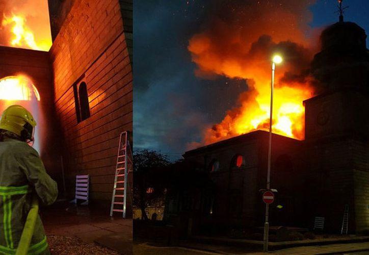 Los bomberos combatieron las intensas llamas, pero no pudieron impedir que se extendiera. (Twitter/Blackburn Community Fire Station)
