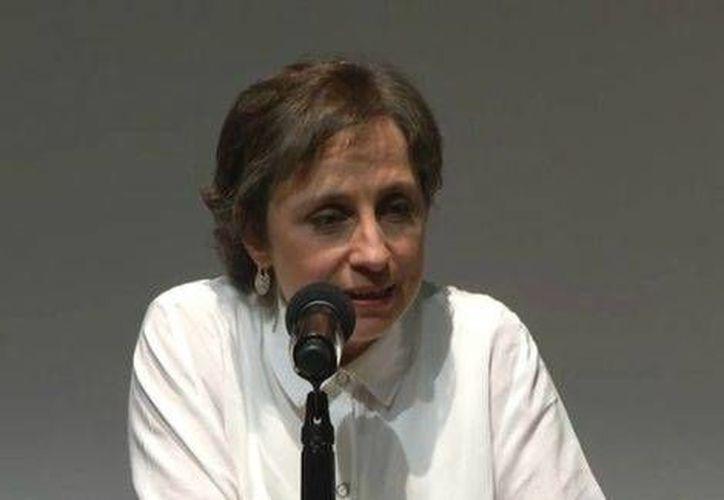 Carmen Aristegui durante la conferencia que fue transmitida vía internet, en la que estuvo acompañada de su equipo de trabajo. (Conferencia online/MILENIO)