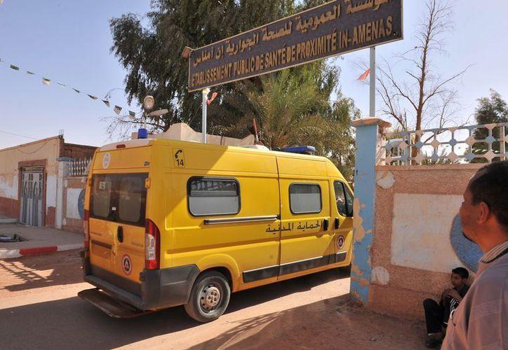 Una ambulancia ingresa a la planta de gas en el sur de Argelia, donde terroristas aún mantienen cautivos a trabajadores. (Agencias)