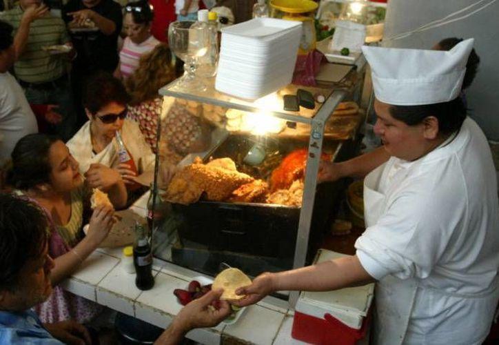 Además de estos platillos, los puestos de cochinita son una tradición en el estado durante todos los domingos del año, sin embargo, durante la mañana del 25 de diciembre y 1 de enero resultan la 'salvación gastronómica' de muchos yucatecos desvelados. (Archivo SIPSE)