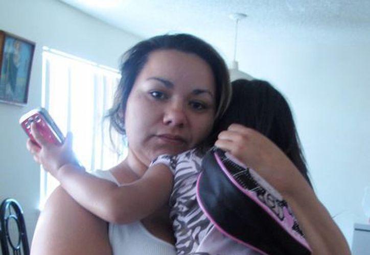 Melissa Torrez, con su pequeña hija en brazos, narró los momentos de angustia que vivió el pasado miércoles. (Agencias)