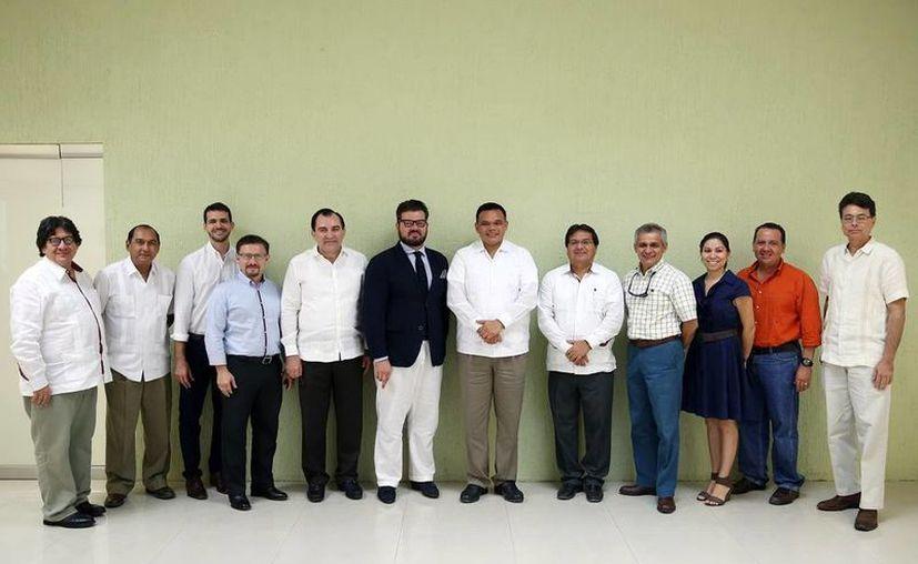 Integrantes de Canainves y el Gobierno del Estado se reunieron para hablar sobre los problemas de la industria del vestido. (Milenio Novedades)
