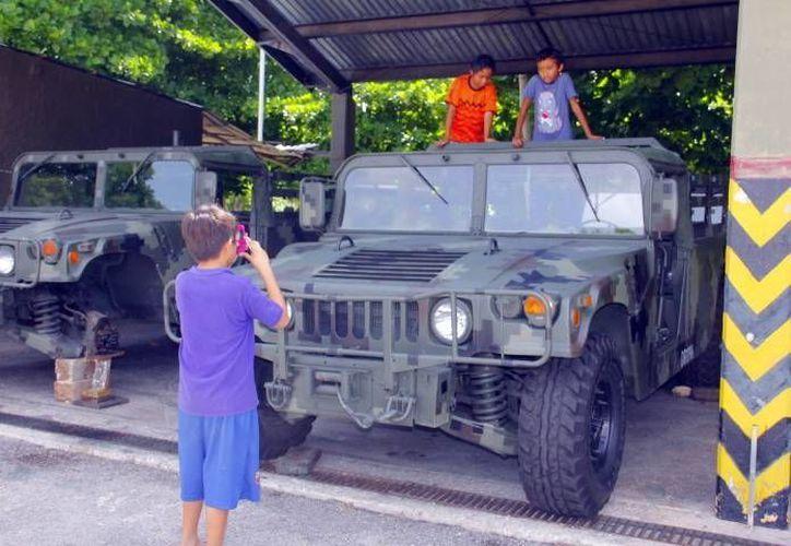 Los vehículos militares llamaron la atención de los niños quienes disfrutaron de su singular paseo dominical. (Milenio Novedades)