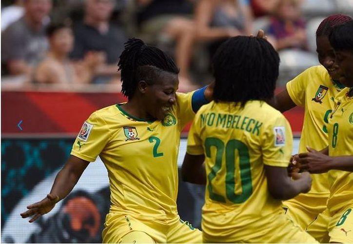 Christine Manie de Camerún (2) celebra después de anotar el tercer gol en el inicio demoledor para las leonas africanas (FIFA.com)