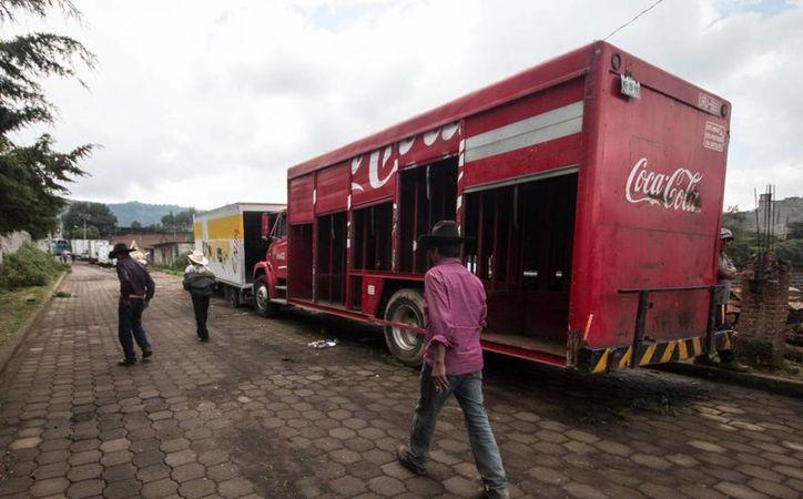 Algunos cocheferes se han quedado junto a sus camiones, ya que temen que si los abandonan sus jefes los corran o los acusen de complicidad. (internacional.elpais.com)
