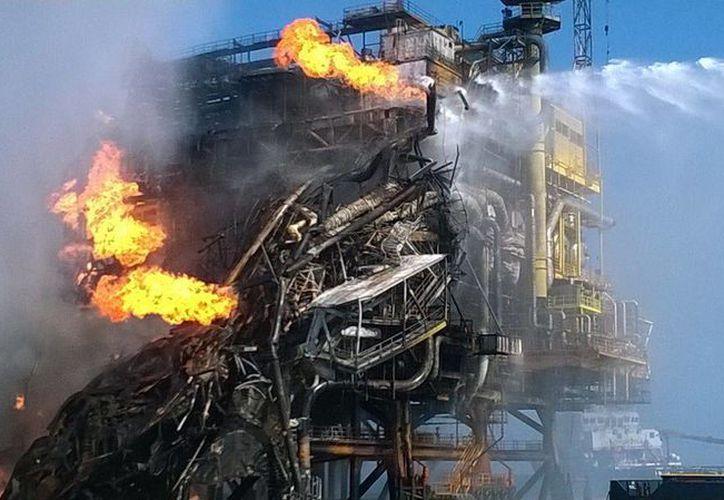 En estas condiciones se encuentra la plataforma Abkatun Alfa de Pemex, en la Sonda de Campeche, tras el incendio iniciado esta mañana. (Foto: SIPSE)