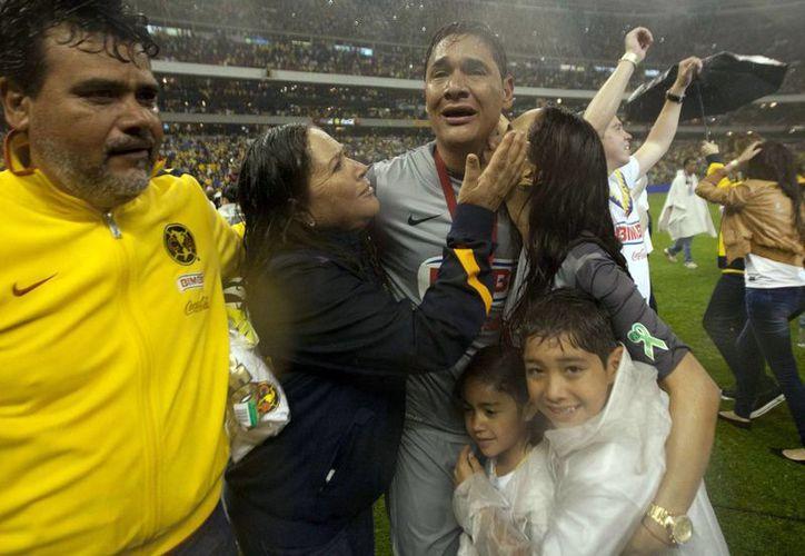 Moisés Muñoz con su familia tras la épica obtención de su segundo título del futbol mexicano. (Agencias)