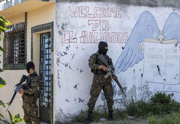 Las autoridades de El Salvador desplegaron operaciones dentro y fuera de siete prisiones del país para intentar frenar la delincuencia de los pandilleros. (AP)