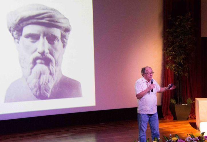 El investigador Alejandro Díaz Barriga, de la UNAM, durante su exposición. (SIPSE)
