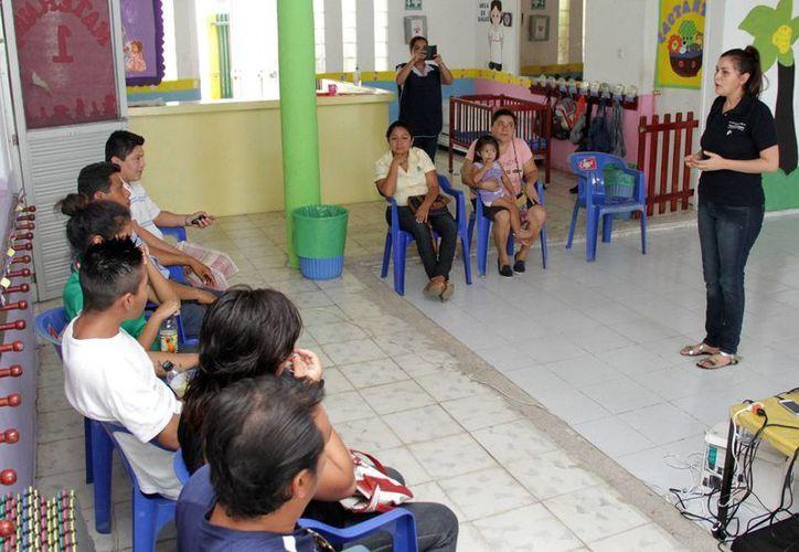 Imagen del taller 'Prevención de la violencia escolar desde una perspectiva familiar' que se imparte en el DIF Mérida para prevenir el bullying desde el nivel de maternal. (SIPSE)
