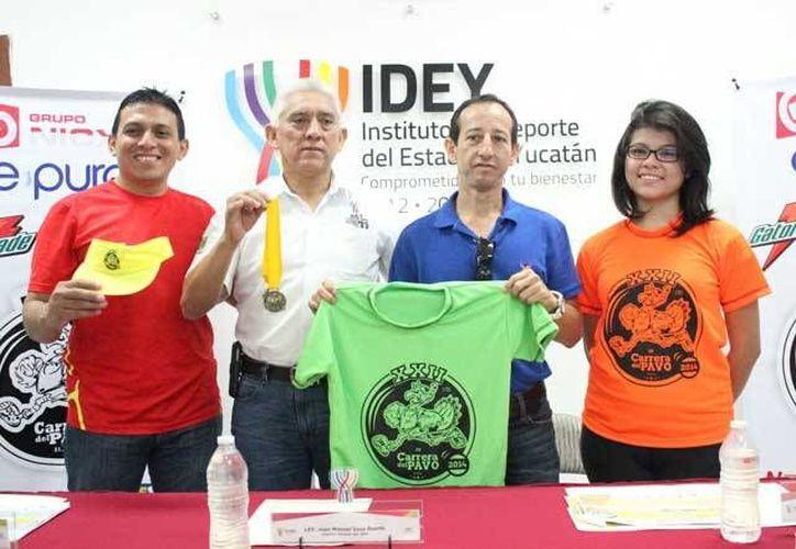 Promotores y organizadores del evento presentan en conferencia de prensa la camisa y medalla oficial de la XXII Carrera del Pavo.  (Milenio Novedades)