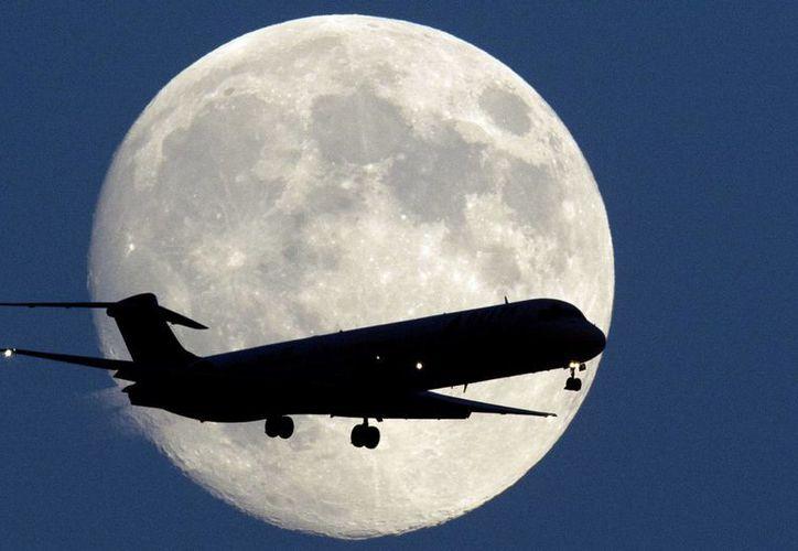 La súper luna vista desde el aeropuerto de Filadelfia, Estados Unidos. (AP)