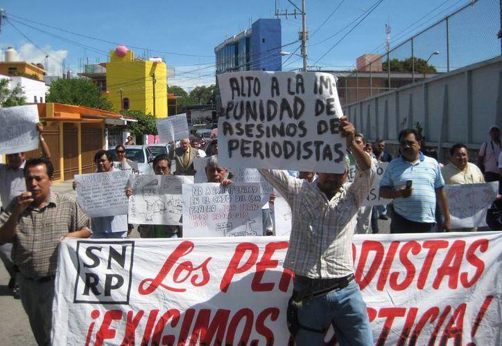 Periodistas al marchar el 5 de julio de 2010 en Chilpancingo por agresiones sufridas.  (EFE/Archivo)
