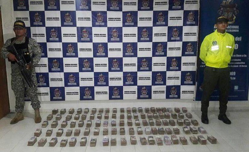 Imagen del dinero incautado por la Armada colombiana. Se sospecha que pertenece al narcotráfico. (@armadacolombia)