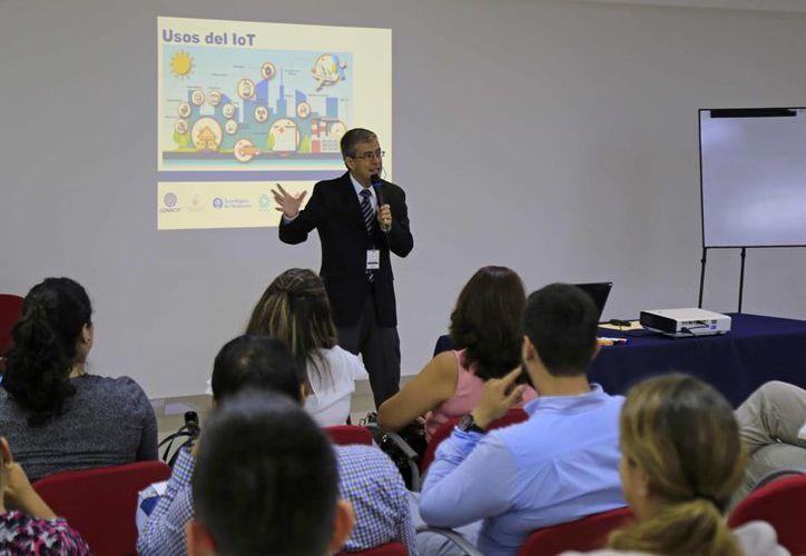 Héctor Durán López fue el ponente del taller a colaboradores y aliados de la empresa. (Jesús Tijerina/SIPSE)