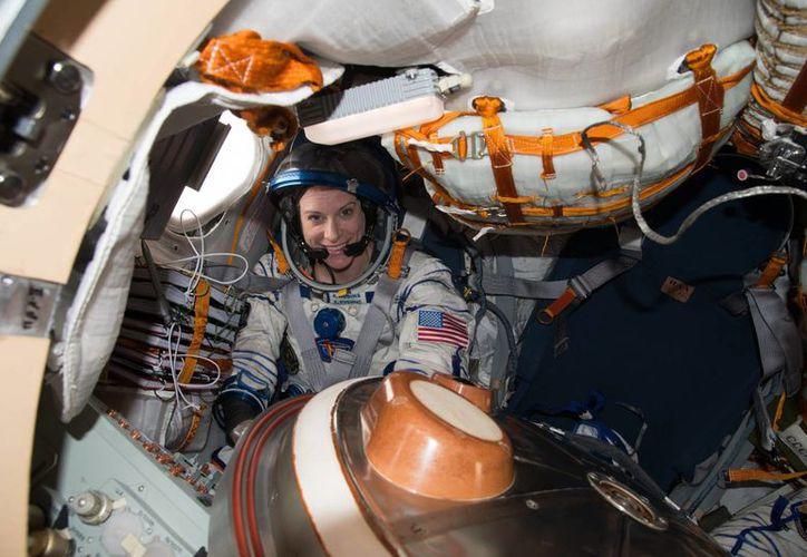 Fotografía realizada en el espacio el 30 de octubre de 2016 por la NASA de la astronauta Kate Rubins mientras prepara el regreso a la Tierra a bordo de la nave Soyuz MS-01 junto al cosmonauta ruso Anatoly Ivanishin y el japonés Takuya Onishi. (EFE)