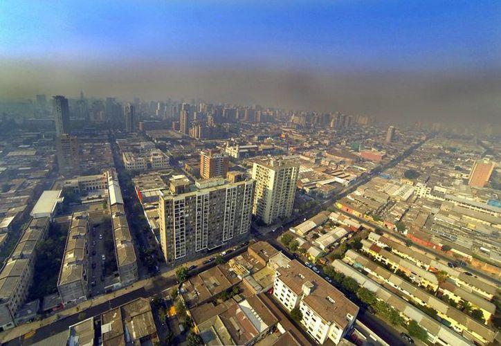 Vista aérea de Santiago de Chile, cubierto de humo por los múltiples incendios que azotan la zona centro y sur del país. (EFE)