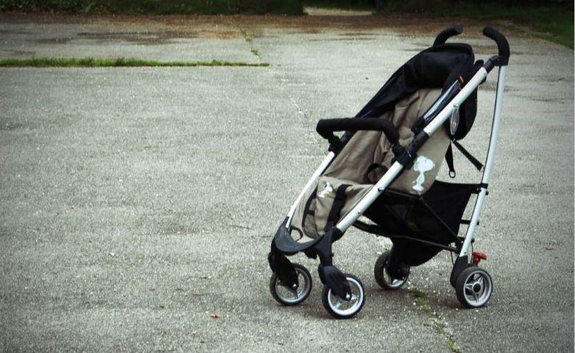 La mujer llevaba a su otro hijo en la carriola cuando perdió el conocimiento por el golpe. (PxHere/ Imagen ilustrativa)