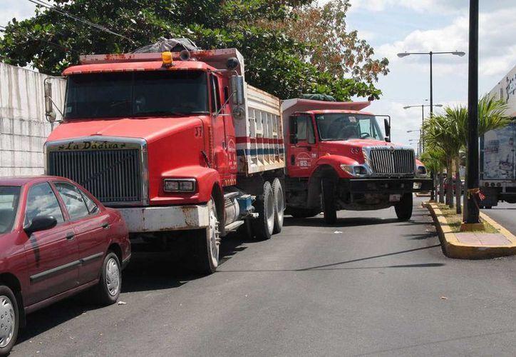 Las unidades fueron estacionadas en las calles aledañas al Ayuntamiento. (Julián Miranda/SIPSE)