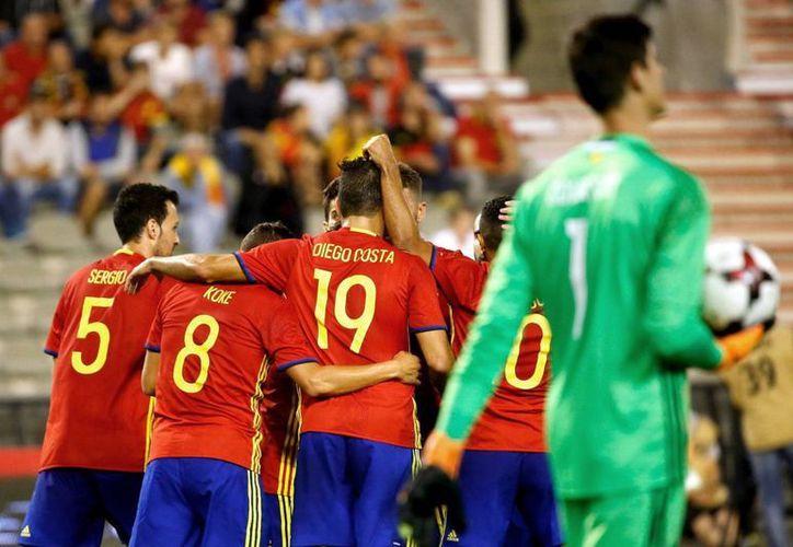 Los jugadores de la selección española de fútbol celebran el segundo gol de España (doblete de David Silva) frente a Bélgica, durante el partido amistoso que ambas selecciones disputaron hoy en el estadio Rey Balduino de Bruselas, Bélgica. (EFE)