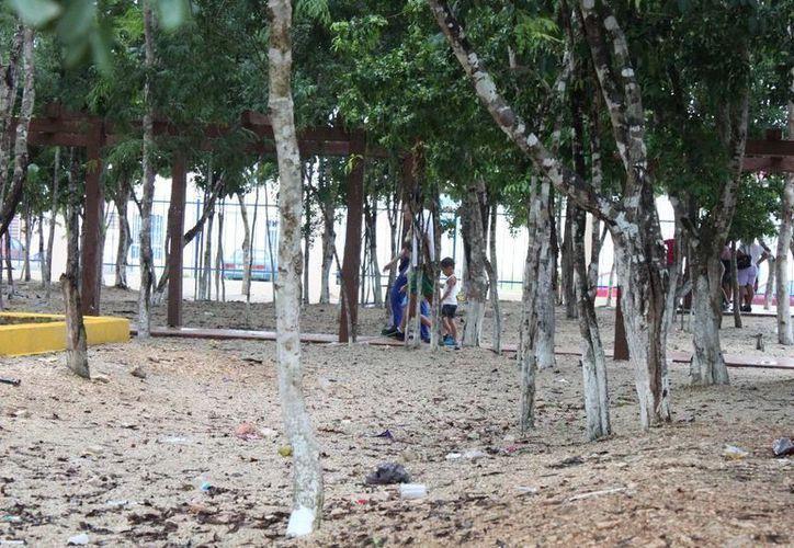 Los parques que dejan los desarrolladores inmobiliarios son rellenados con grava. (Adrián Barreto/SIPSE)
