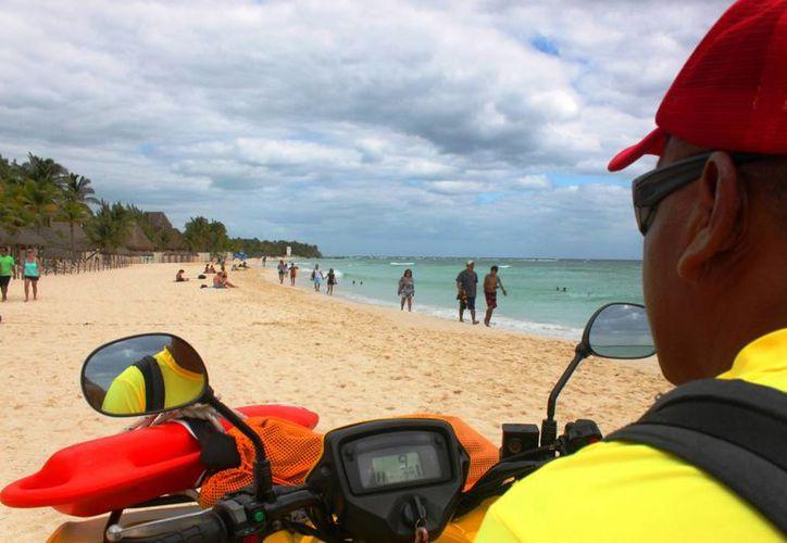 Los guardavidas realizan recorridos constantes por toda la costa playense. (Daniel Pacheco/SIPSE)
