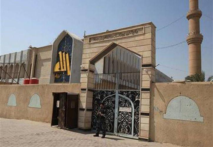 Un policía monta guardia frente a la mezquita suní Al-Hassan en Basora, Irak. (Agencias)