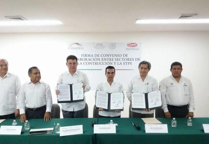 Firma de convenio entre autoridades de la Secretaría del Trabajo y empresarios constructores para evitar más muertes en dicho sector laboral. (Milenio Novedades)